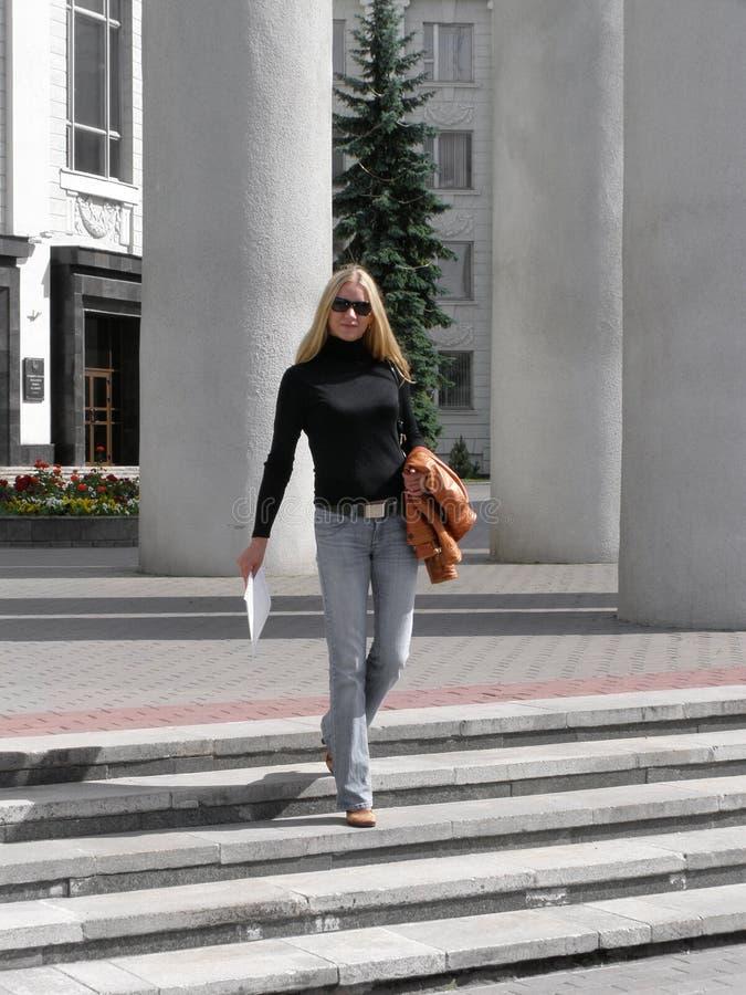 Donna con i documenti fotografia stock libera da diritti