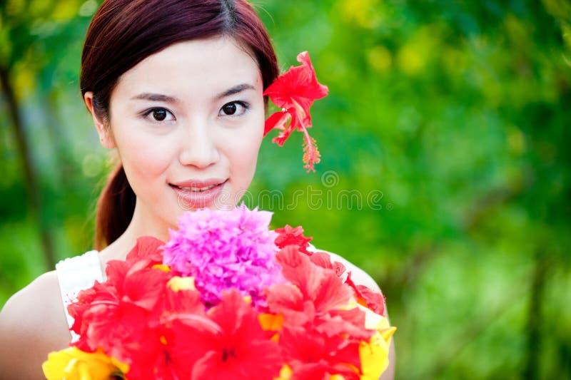 Donna con i fiori immagine stock