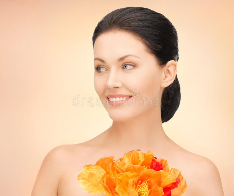 Donna con i fiori rossi immagini stock