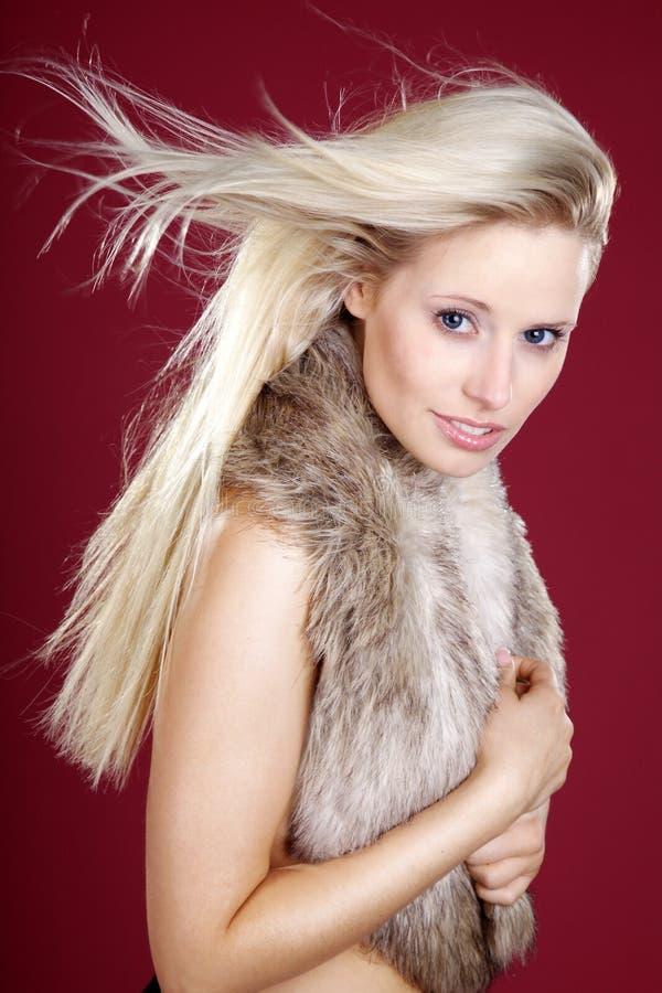 Donna con i grandi capelli di volo e di trucco fotografie stock libere da diritti