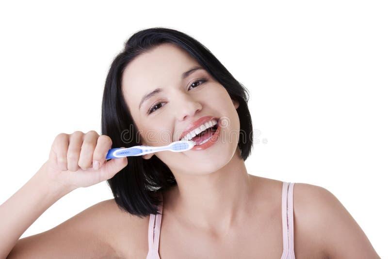 Donna con i grandi denti che tengono tooth-brush fotografie stock
