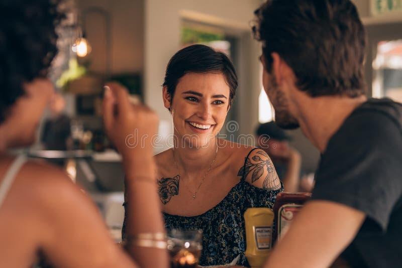 Donna con i migliori amici al ristorante fotografie stock libere da diritti