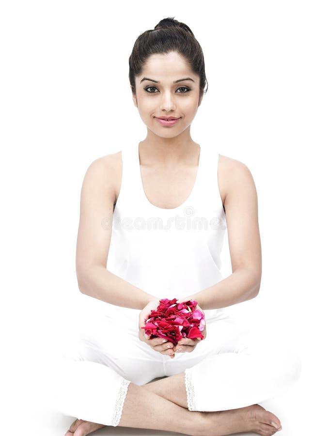 Donna con i petali di rosa a disposizione fotografia stock