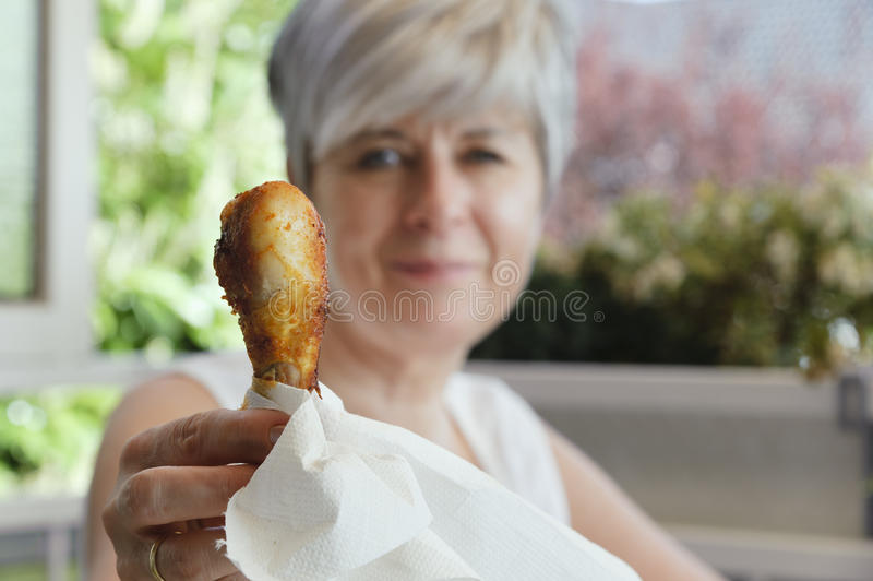 Donna con i piedini di pollo fotografia stock