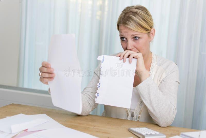Donna con i problemi finanziari fotografie stock libere da diritti