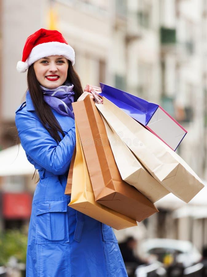 Donna con i sacchetti della spesa durante le vendite di Natale immagini stock libere da diritti