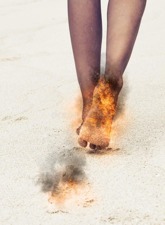 Donna con i suoi piedi in fiamme ed i segni di bruciatura fotografia stock libera da diritti