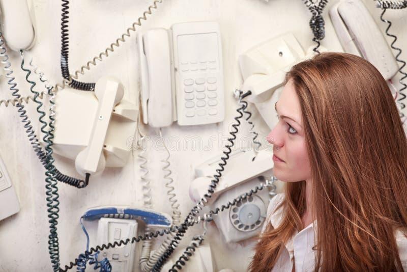 Donna con i telefoni dell'annata immagini stock libere da diritti