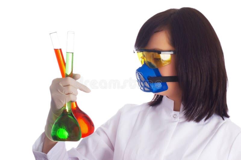 Donna con i tubi chimici nel lavabo su bianco immagine stock