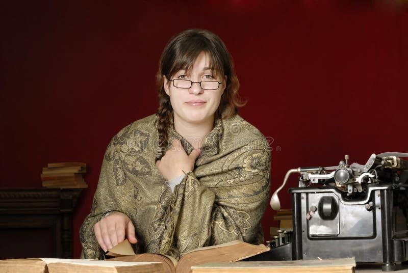 Donna con i vetri che legge un vecchio libro fotografie stock