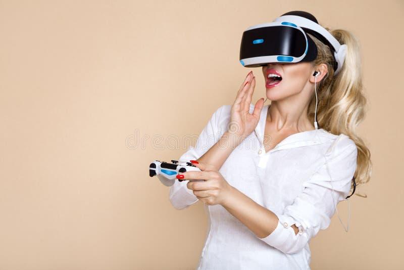 Donna con i vetri di VR di realtà virtuale Ragazza nel casco aumentato virtuale di realtà Cuffia avricolare di VR fotografie stock
