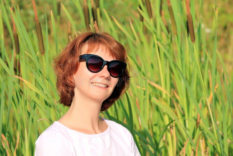 Donna con i vetri immagine stock libera da diritti