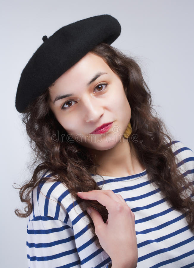Donna con il berretto francese di stile e T-Shir a strisce fotografia stock