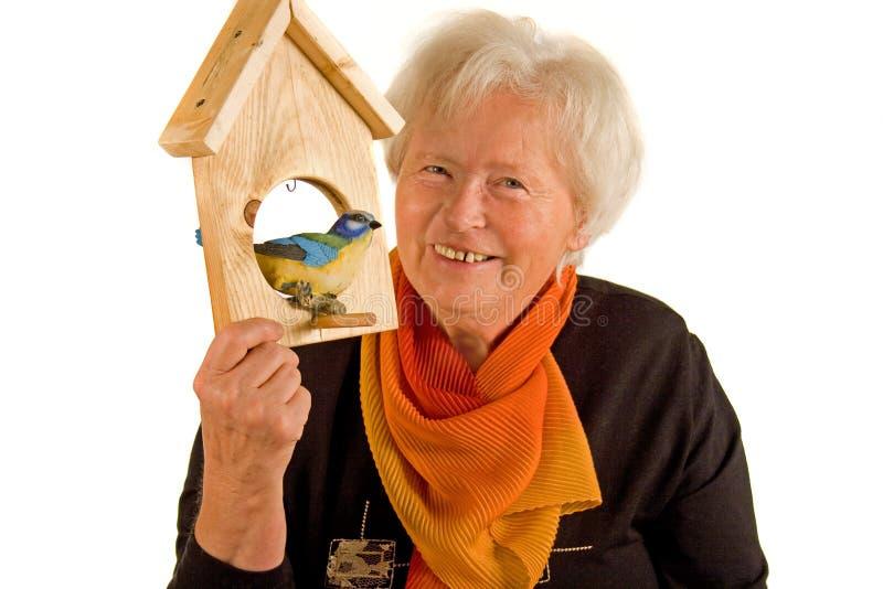 Donna con il birdhouse immagine stock libera da diritti