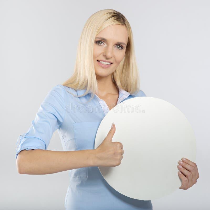 Donna con il bordo e pollice di mostra sul segno immagine stock