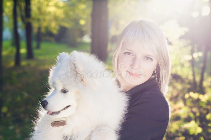 Donna con il cane immagini stock libere da diritti