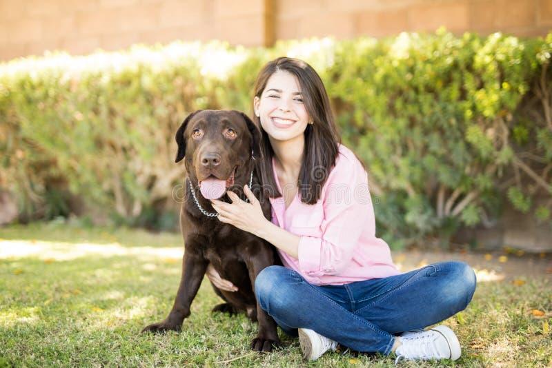 Donna con il cane di animale domestico fotografia stock