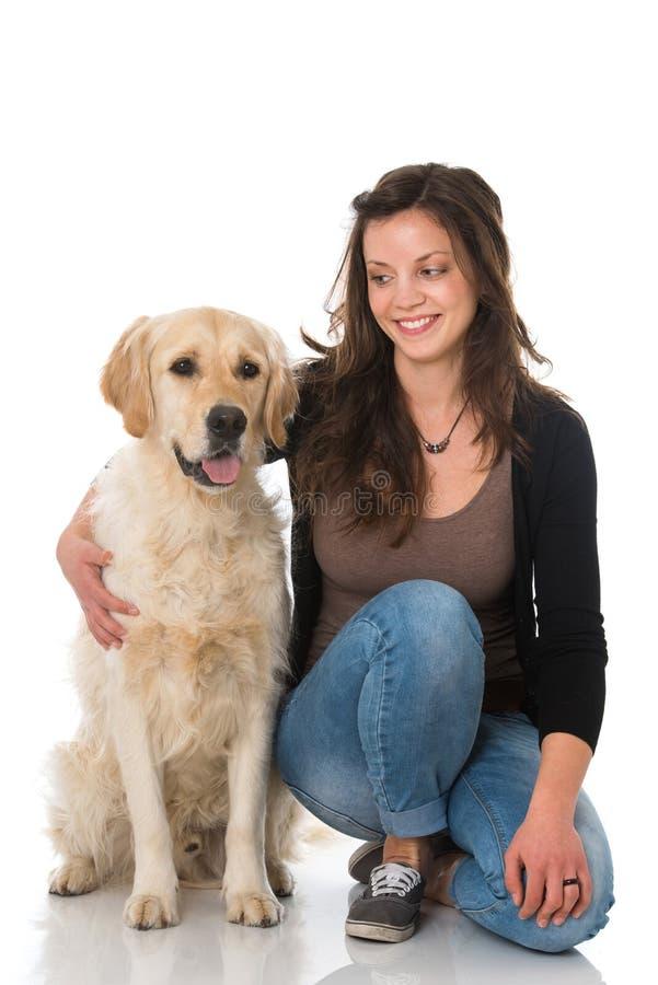 Donna con il cane di golden retriever su fondo bianco fotografia stock