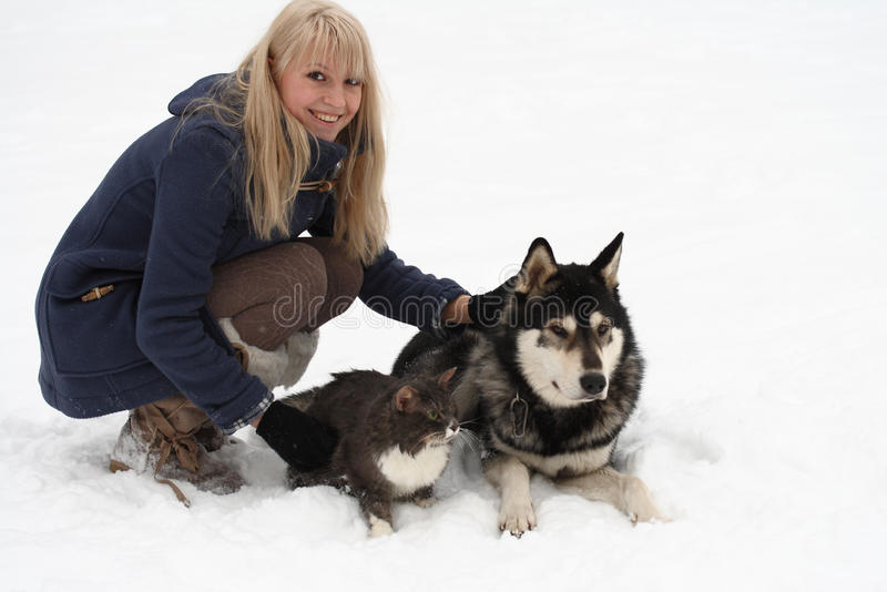 Donna con il cane ed il gatto fotografia stock libera da diritti