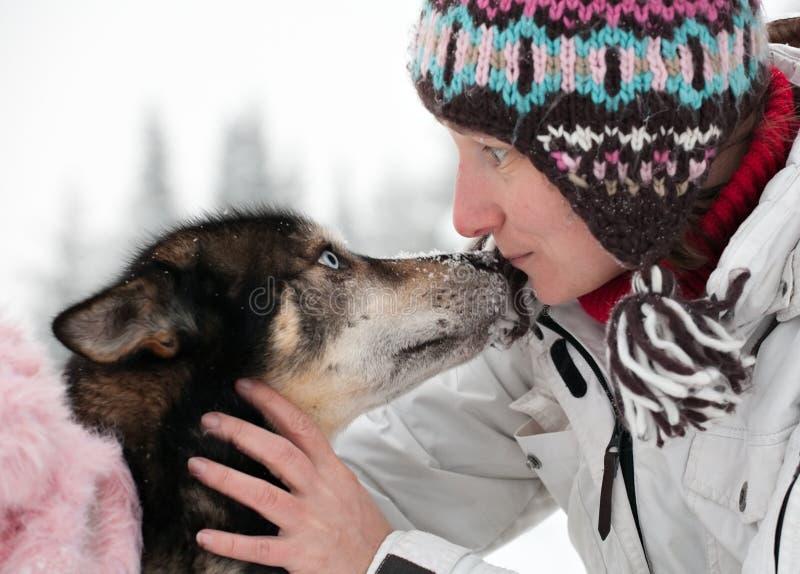 Donna con il cane husky immagine stock libera da diritti