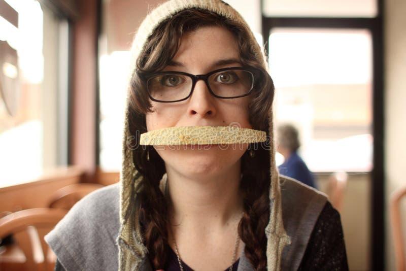 Donna con il cantalupo in bocca immagini stock