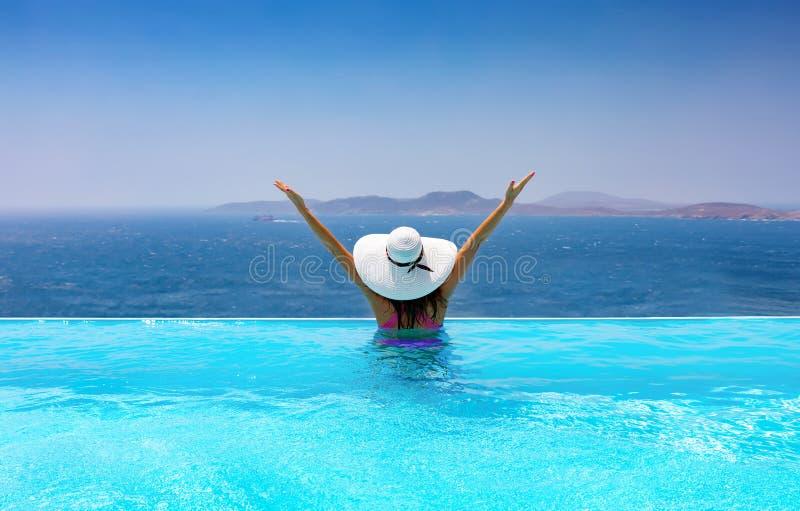 Donna con il cappello bianco nello stagno fotografia stock libera da diritti