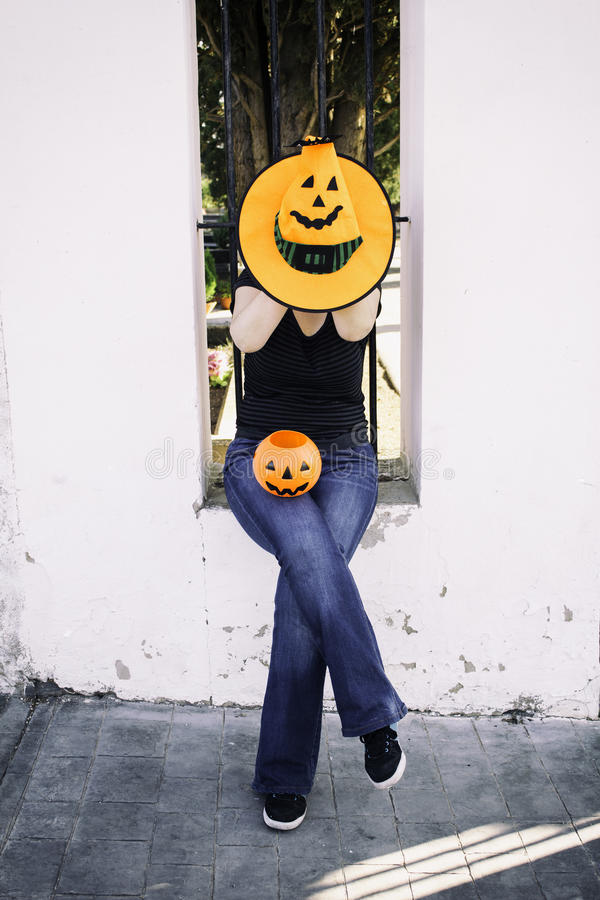 Donna con il cappello di Halloween immagini stock libere da diritti