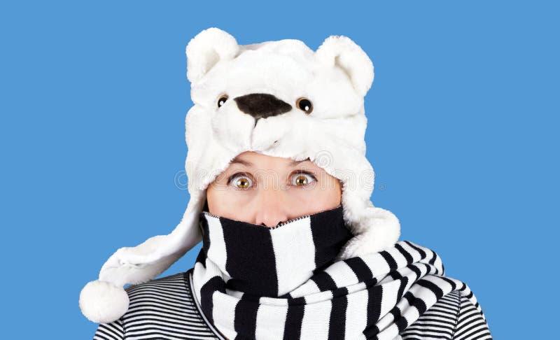 Donna con il cappello divertente dell'orso immagini stock libere da diritti