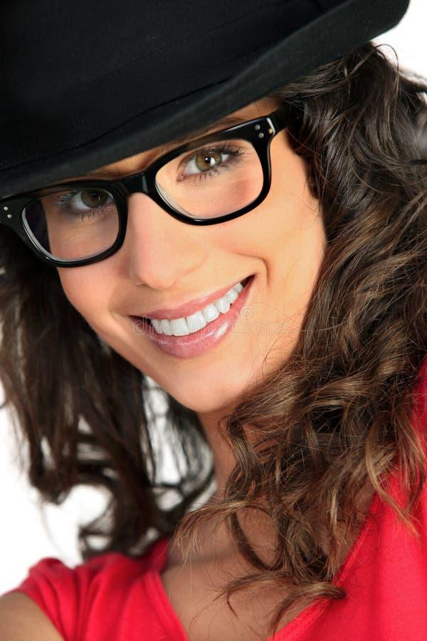 Donna con il cappello ed i vetri fotografie stock