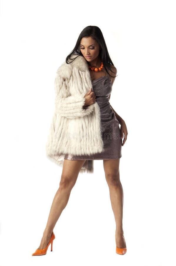 Donna con il cappotto di pelliccia immagine stock