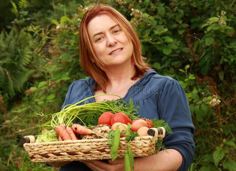 Donna con il cassetto delle verdure fotografia stock libera da diritti