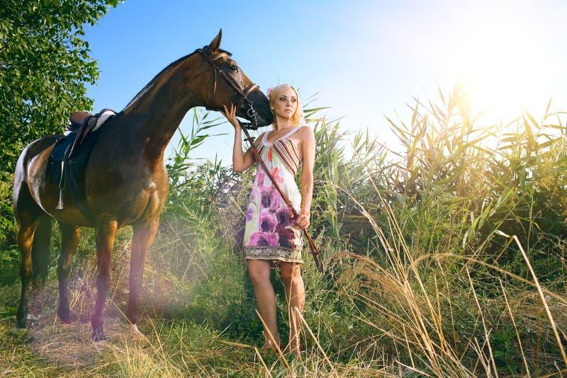 Donna con il cavallo fotografie stock libere da diritti