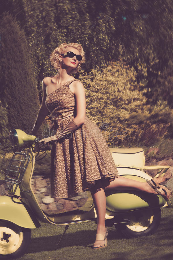 Donna con il ciclomotore all'aperto immagini stock