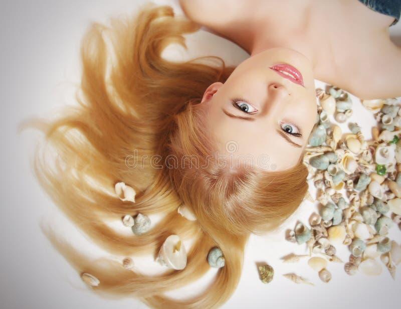 Donna con il cockleshell marino in capelli immagini stock libere da diritti