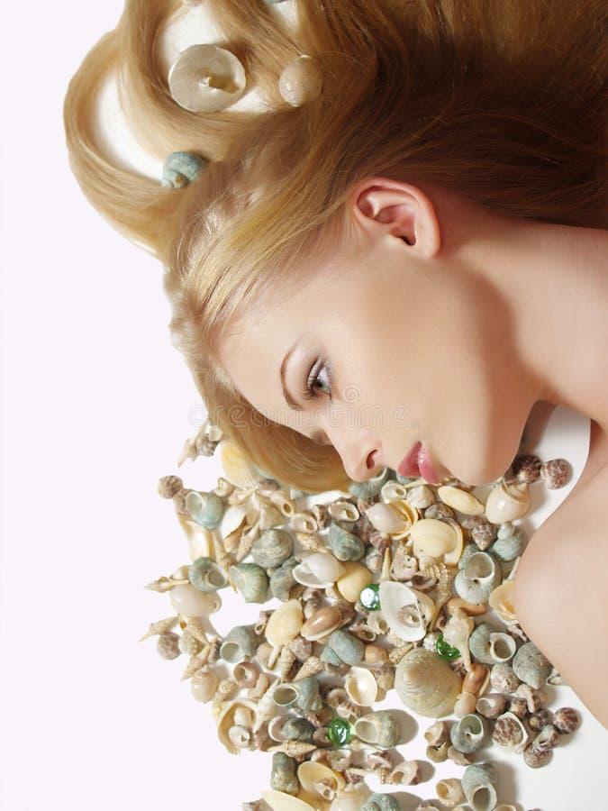 donna con il cockleshell in suoi capelli immagini stock libere da diritti