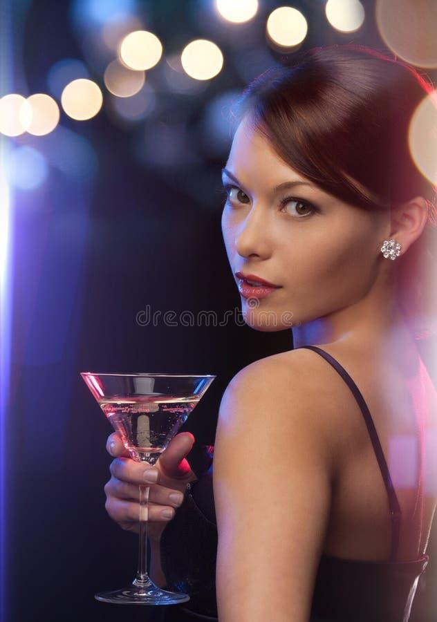 Donna con il cocktail immagine stock