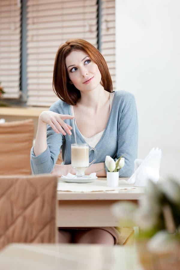 Donna con il cocktail del latte immagini stock