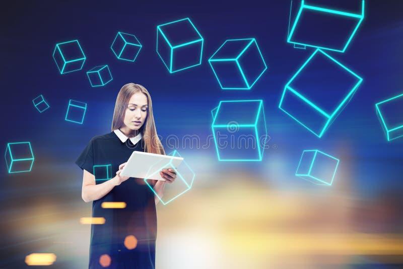 Donna con il computer portatile, cubi blu fotografia stock libera da diritti
