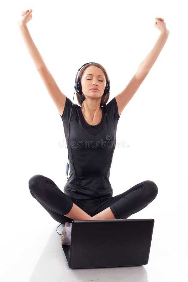 Donna Con Il Computer Portatile Su Un Bianco Immagini Stock