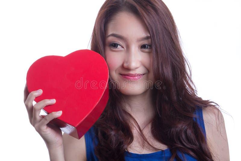 Donna con il contenitore di cioccolato fotografie stock libere da diritti
