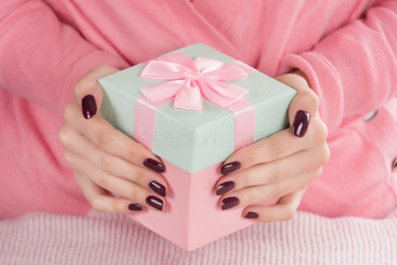 Donna con il contenitore di regalo per la festa di giorno di biglietti di S. Valentino immagine stock libera da diritti
