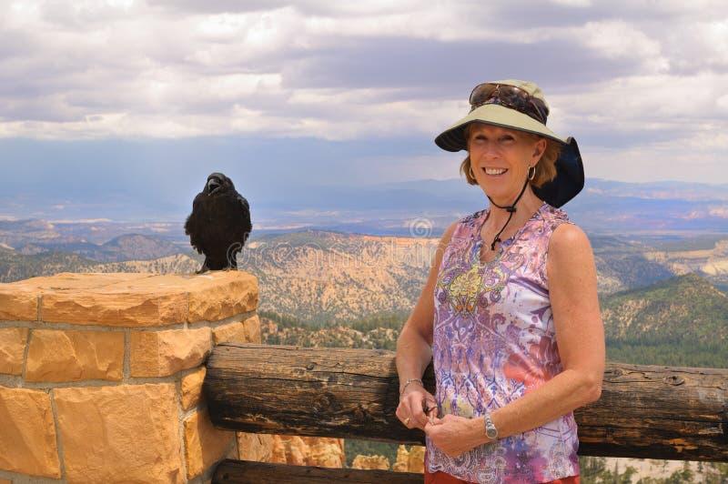 Donna con il corvo fotografia stock