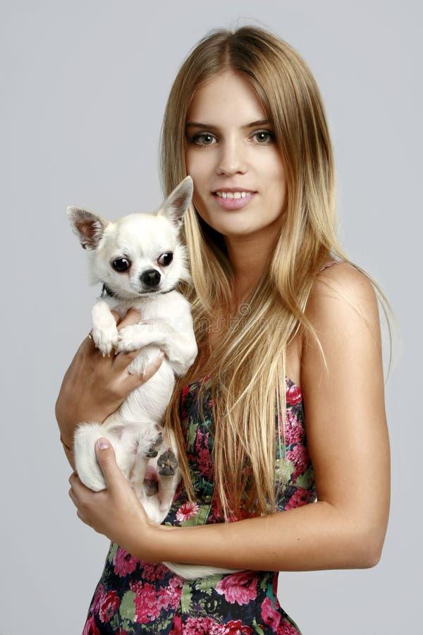 Donna con il cucciolo della chihuahua fotografia stock libera da diritti