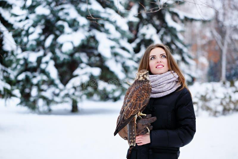 Donna con il falco fotografie stock libere da diritti