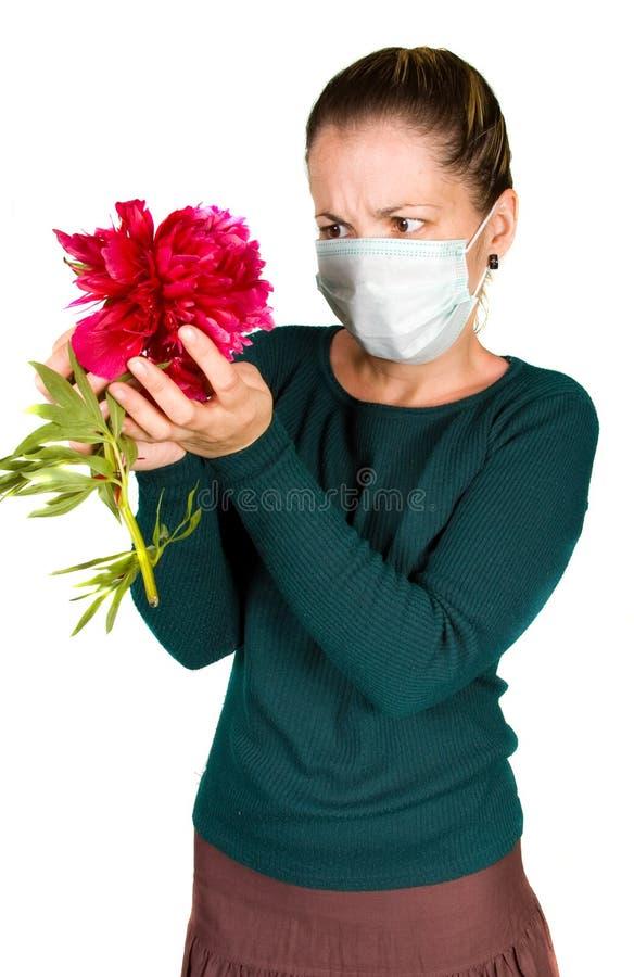 Donna con il fiore. allergia fotografie stock libere da diritti