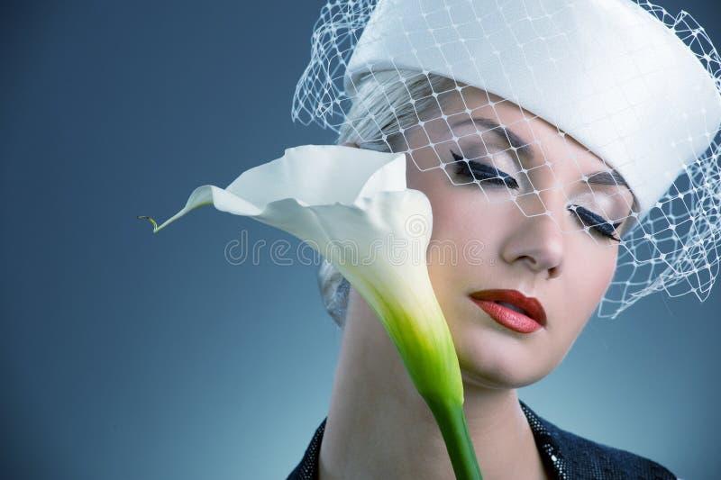 Donna con il fiore bianco di kala fotografie stock