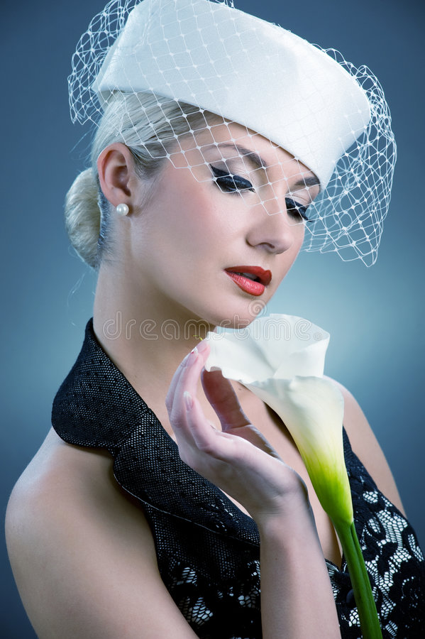 Donna con il fiore bianco di kala immagine stock