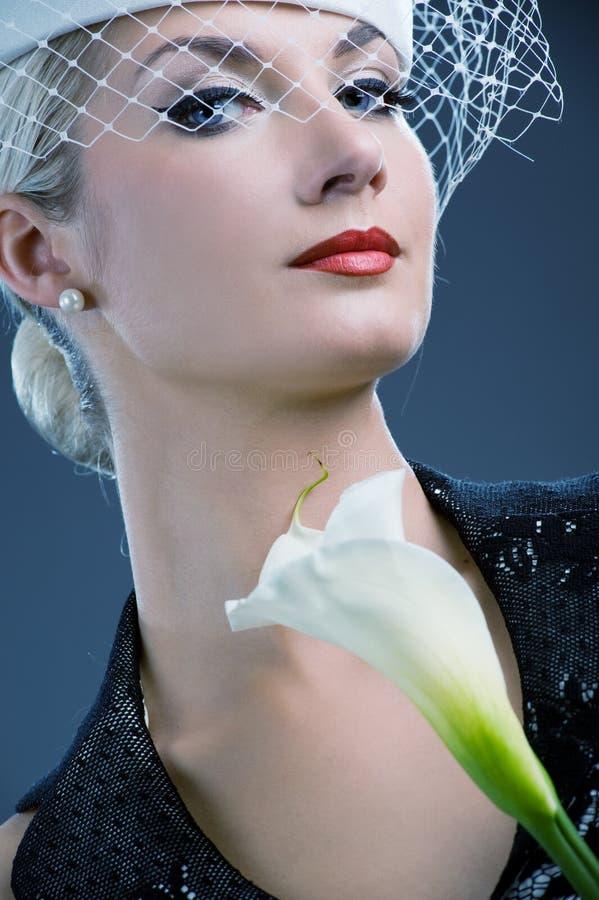 Donna con il fiore bianco di kala fotografia stock libera da diritti