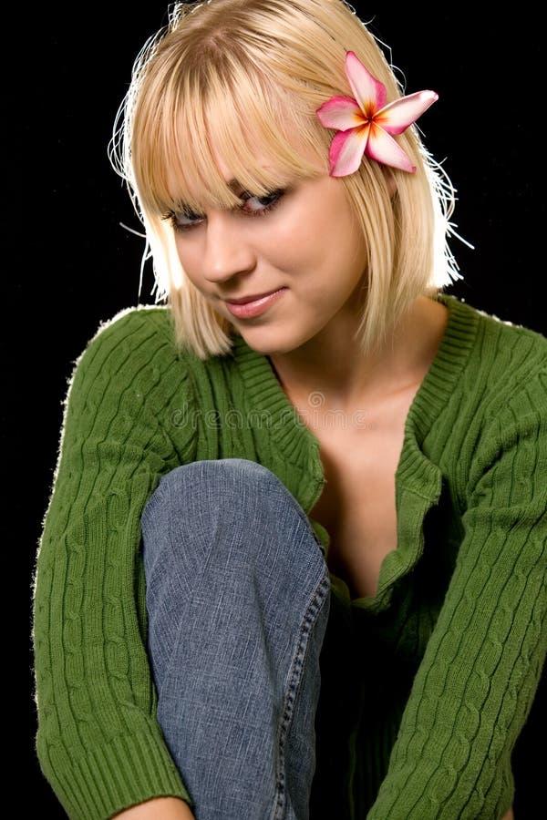 Donna con il fiore in capelli fotografia stock libera da diritti