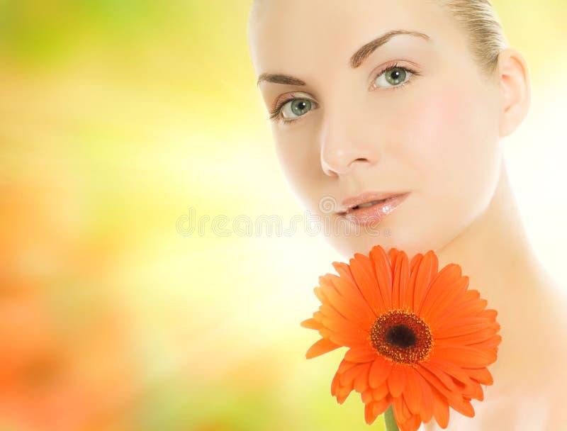 Donna con il fiore del gerbera immagini stock libere da diritti